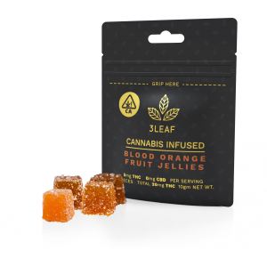 3Leaf low-dosed Blood Orange Fruit Jellies. Four fruit jellies, lightly coated in sugar, are placed in front of a 3Leaf package.